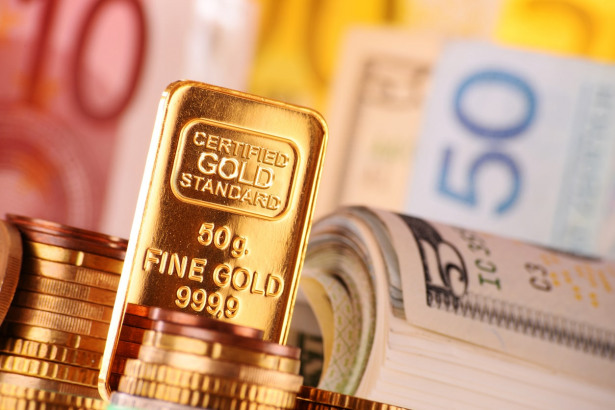 Gold Advances on Safe Haven Status and Dollar Weakness