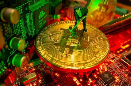 Limited Capacity, Difficult Logistics to Slow Chinese Bitcoin Miners' Global Shift