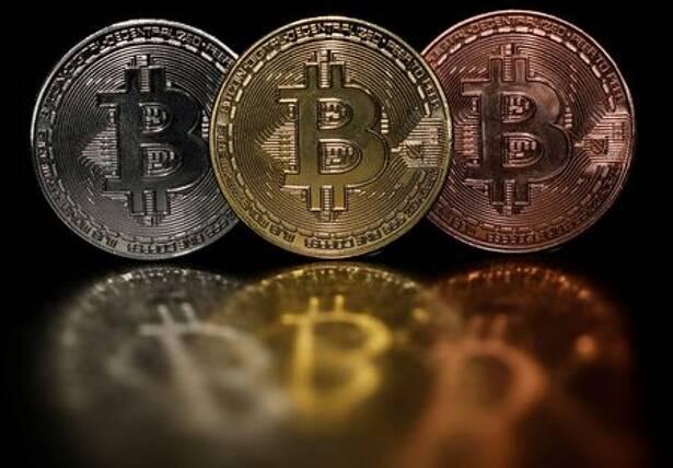 6月7日、デジタル資産運用会社コインシェアーズによると、6月4日までの1週間に暗号資産(仮想通貨)のビットコインから1億4100万ドルが流出し、流出額は過去最大を記録した。写真はビットコインのイメージ(2021年 ロイター/Edgar Su)
