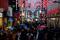 Consumidores fazem compras em ruas de Colônia, na Alemanha, antes de lockdown completo