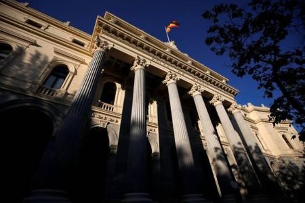Bandeira espanhola tremula sobre o prédio da Bolsa de Valores