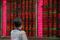 Investidor acompanha telão com flutuações dos mercados em corretora de