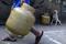 Homem carrega botijão de gás no Rio de Janeiro
