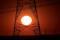 Torres de alta tensão de eletricidade vista durante pôr do