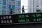 Telão em Xangai mostra flutuações dos mercados acionários