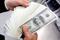 Um funcionário do banco Korea Exchange conta cédulas de cem