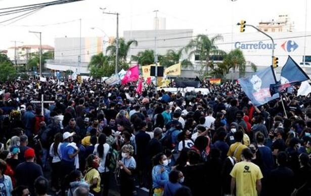 Protesto em frente a Carrefour em Porto Alegre