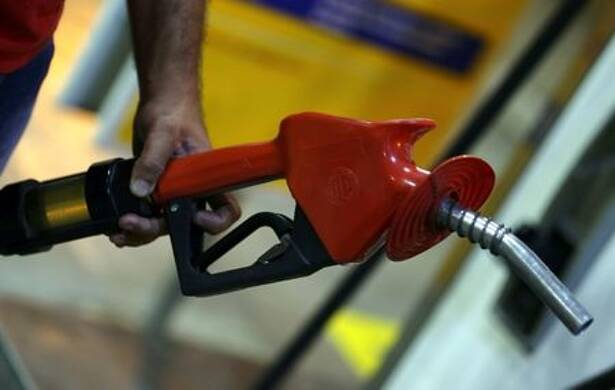 Frentista abastece automóvel em posto de combustíveis em São Paulo