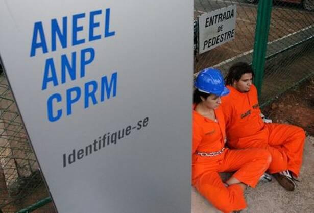 Membros do greenpeace manifestando na Agência de Energia Aneel, em