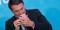 Presidente Jair Bolsonaro mexe em telefone celular durante cerimônia no