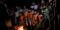 Indígenas xokleng cantam em volta de fogueira em sua terra