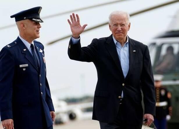 Presidente dos EUA, Joe Biden, embarca em avião na base