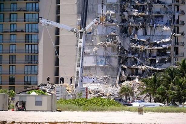 Equipes de busca e resgate trabalham em prédio que desabou