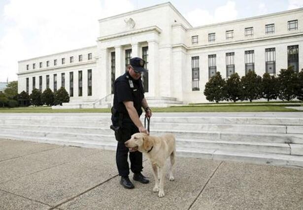 FOTO DE ARCHIVO-Un policía patrulla con su perro Brodie frente a la Reserva Federal en Washington.