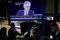 FOTO DE ARCHIVO: Una pantalla muestra al presidente de la Reserva Federal de Estados Unidos, Jerome Powell, en el interior de la Bolsa de Nueva York