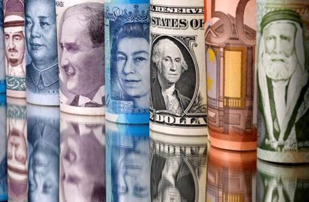 IMAGEN DE ARCHIVO. Billetes de riyal saudí, yuan, lira turca, libra esterlina, dólar estadounidense, euro y dinar jordano se ven en esta ilustración