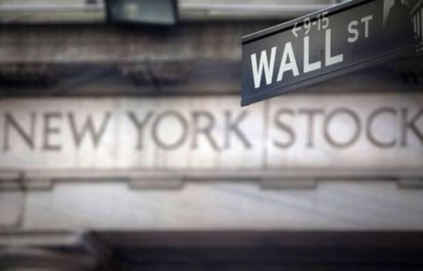 Imagen de archivo de una señal de Wall Street frente a la Bolsa de Nueva York, EEUU.