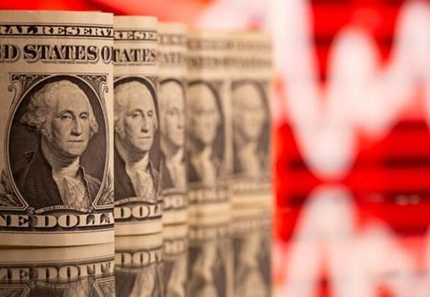 FOTO DE ARCHIVO: Billetes de dólar frente a un gráfico de cotización