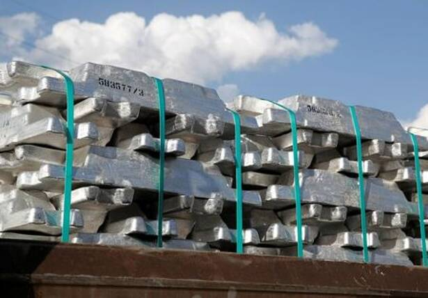 Imagen de archivo de lingotes de aluminio en una fábrica de productos de productos planos laminados de aluminio de Novelis en Sierre