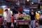 Imagen de archivo de vendedores utilizando mascarillas mientras venden comida en Chinatown, en Bangkok