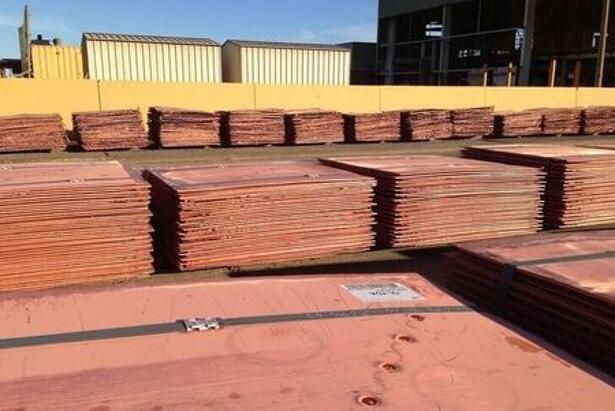 Foto de archivo de láminasde cobre refinado en la mina Olympic Dam de BHP Billiton en Australia
