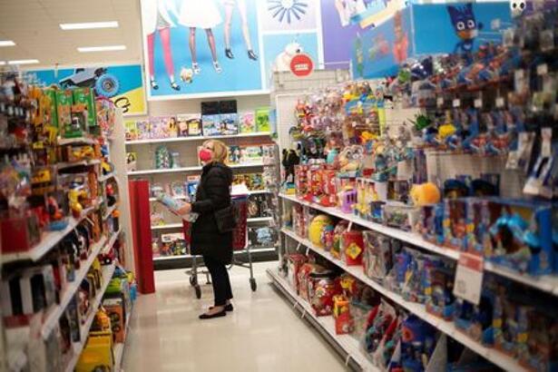 FOTO DE ARCHIVO: Una mujer con mascarilla en el corredor de un supermercado de la cadena Target en King of Prussia