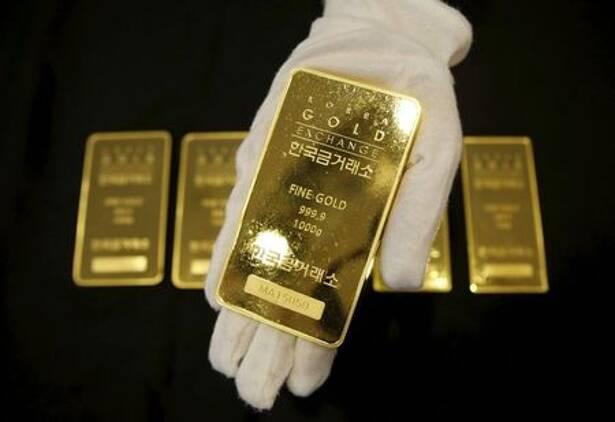 Imagen de archivo de un trabajador mostrando un lingote de oro en el Korea Gold Exchange de Seúl, Corea el Sur.