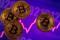 Ilustración fotográfica que muestra varios bitcoines frente a un gráfico de cotización.