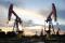 Imagen de archivo de balancines petroleros durante una puesta de sol en el campo petrolero Daqing, en la provincia de Heilongjiang