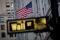 IMAGEN DE ARCHIVO. La bandera de Estados Unidos se ve en un edificio en Wall Street, en el distrito financiero de Nueva York, EEUU