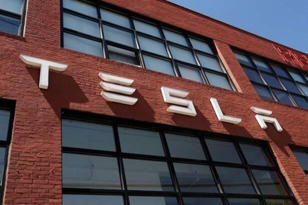 IMAGEN DE ARCHIVO. El logo de Tesla se ve fuera de una concesionaria en el distrito de Brooklyn en la Ciudad de Nueva York, EEUU