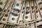 FOTO DE ARCHIVO. Billetes de 100 dólares son contados por un banquero en un banco en Westminster, Colorado, EEUU
