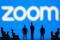 IMAGEN DE ARCHIVO. Una ilustración del logo de Zoom detrás de figuritas de juguete