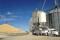 IMAGEN DE ARCHIVO REFERENCIAL. Un camión es cargado con maíz junto a una pila de soja en el elevador Matawan Grain & Feed, cercad de New Richland Minnesota, EEUU