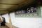Una persona espera en la plataforma del metro Wall Street en el distrito financiero de Manhattan, Nueva York