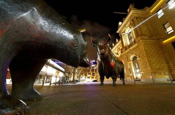 Los símbolos del toro y el oso frente a la bolsa alemana (Deutsche Boerse) en Fráncfort