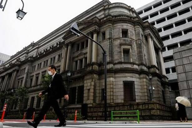 FOTO DE ARCHIVO: Un hombre con mascarilla pasa frente a la sede del Banco de Japón en Tokio