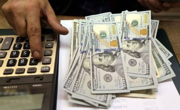 Imagen de archivo de un empleado contando dólares en una casa de cambio de El Cairo, Egipto.