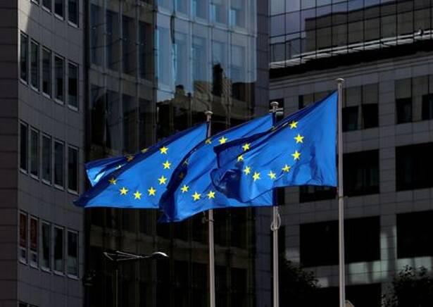FOTO DE ARCHIVO: Banderas de la Unión Europea frente a la sede de la Comisión Europea en Bruselas