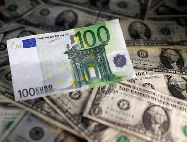 Imagen de archivo ilustrativa de billetes de dólares y euros