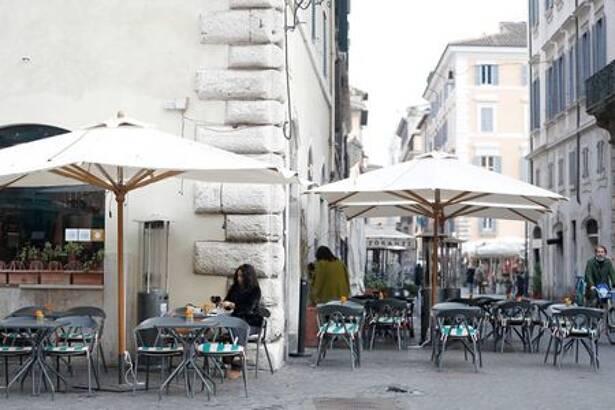 FOTO DE ARCHIVO: Una mujer sentada en la terraza de un café en Roma
