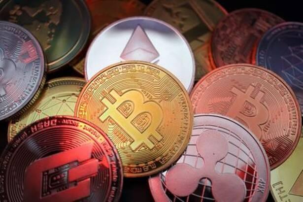 Imagen de archivo. Representación de criptomonedas incluyendo a bitcóin, dash, ethereum, ripple and litecoin