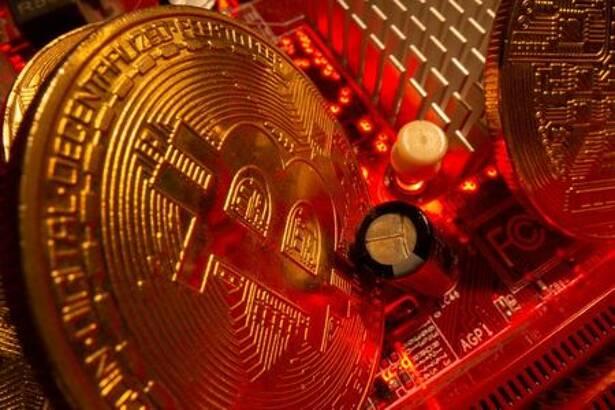 Representación de bitcóin sobre una placa madre