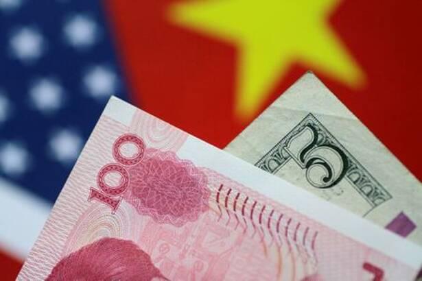 Foto ilustrativa. Billetes de dólar y yuan. 2 de junio de 2017 REUTERS/Thomas White/Illustration