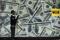 Foto de arhivo de una gigantografía de billetes de dólares en una casa de cambio en Nairobi