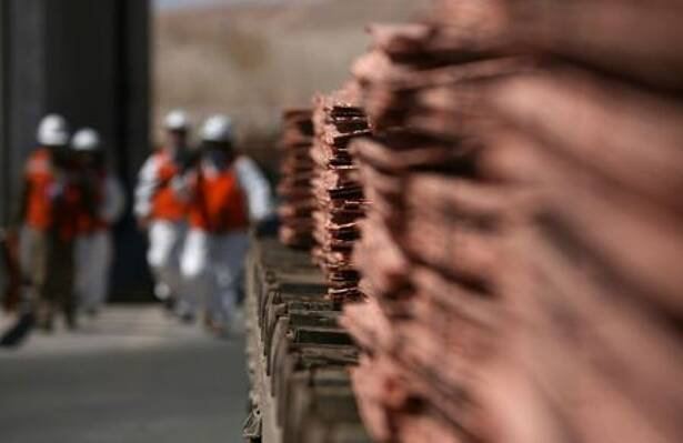 FOTO DE ARCHIVO. Trabajadores caminan al fondo de una pila de cátodos de cobre en la mina Escondida, a 130 kilómetros al sureste de Antofagasta, Chile
