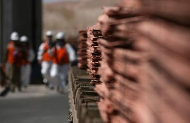 FOTO DE ARCHIVO. Trabajadores caminan en un área de la mina Escondida, a 130 kilómetros al sureste de Antofagasta, Chile