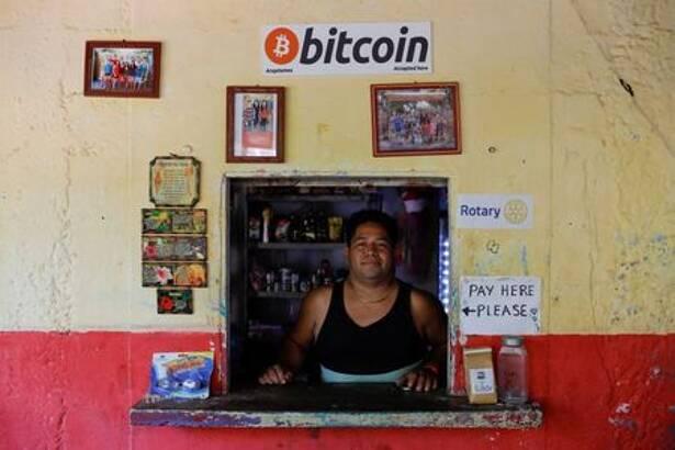 FOTO DE ARCHIVO. Roberto Carlos Silva, dueño de la tienda La Zontena, posa en su negocio donde acepta bitcoines en la playa El Zonte en Chiltiupan, El Salvador. 8 de junio de 2021. REUTERS/José Cabezas