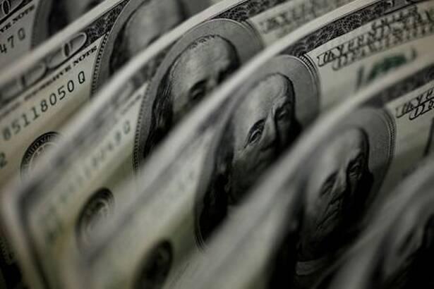 Una ilustración fotográfica muestra billetes de 100 dólares estadounidenses en Tokio