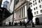 Imagen de archivo de gente en Wall Street afuera de la Bolsa de Valores de Nueva York (NYSE) en la ciudad de Nueva York, Estados Unidos. 19 de marzo, 2021. REUTERS/Brendan McDermid/Archivo